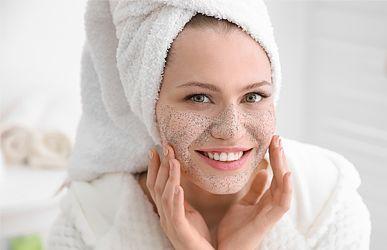 Exfoliace - náš pomocník pro mladší pokožku